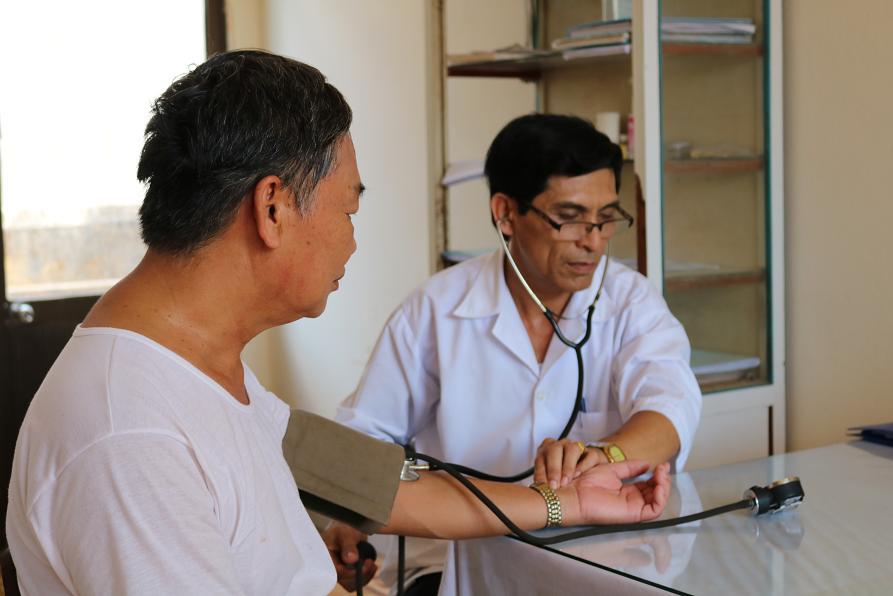Cán bộ Trạm Y tế xã Hoài Hương đang đo huyết áp cho người bệnh-tram-y-te-xa-hoai-huong-no-luc-trong-cong-tac-cham-soc-suc-khoe-cho-nhan-dan